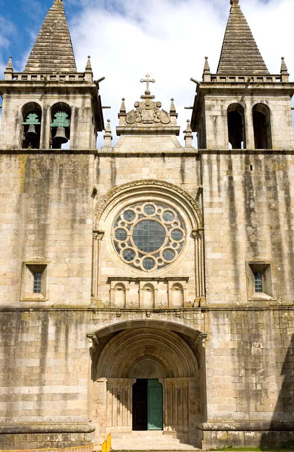 Fachada principal do Mosteiro de Santa Maria de Pombeiro