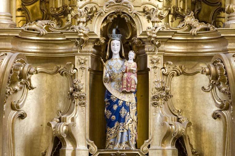Imagem de Santa Maria no retábulo principal da igreja
