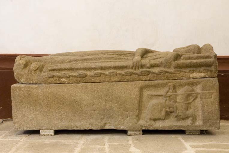 Túmulo medieval do séc. XIII no interior da igreja do Mosteiro de Santa Maria de Pombeiro