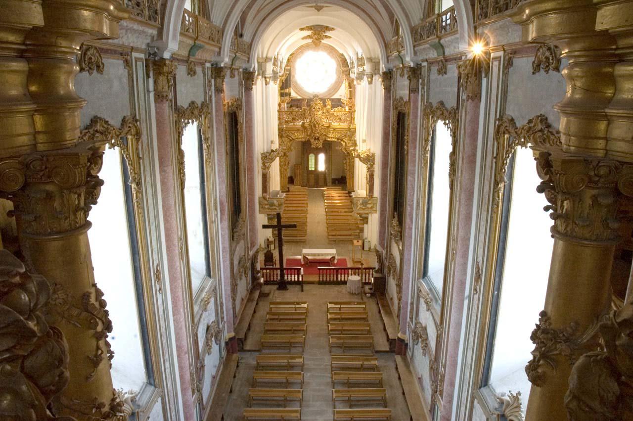 Perspetiva da capela-mor e nave central da igreja do Mosteiro de Santa Maria de Pombeiro