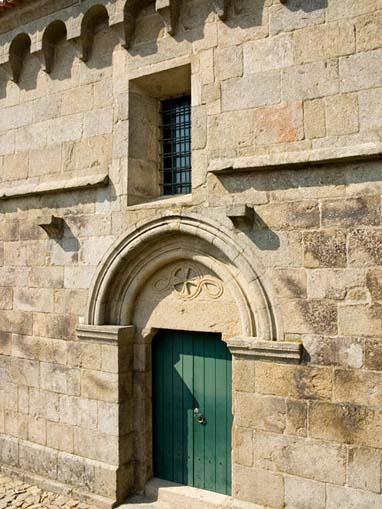 Portal lateral da Igreja de São Vicente de Sousa