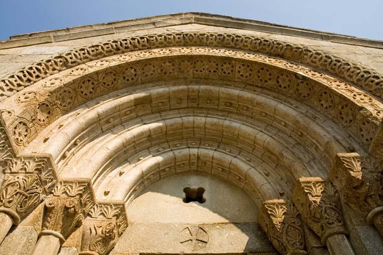 Pormenor do portal principal de São Vicente de Sousa