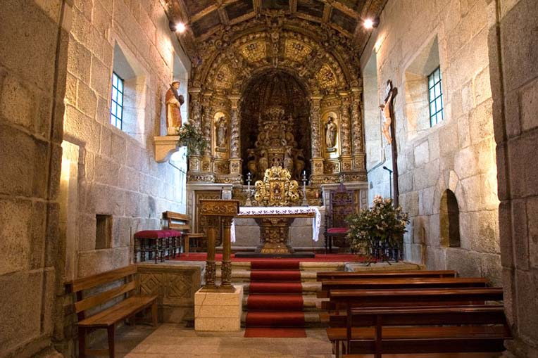 Perspetiva da capela-mor da Igreja de São Vicente de Sousa
