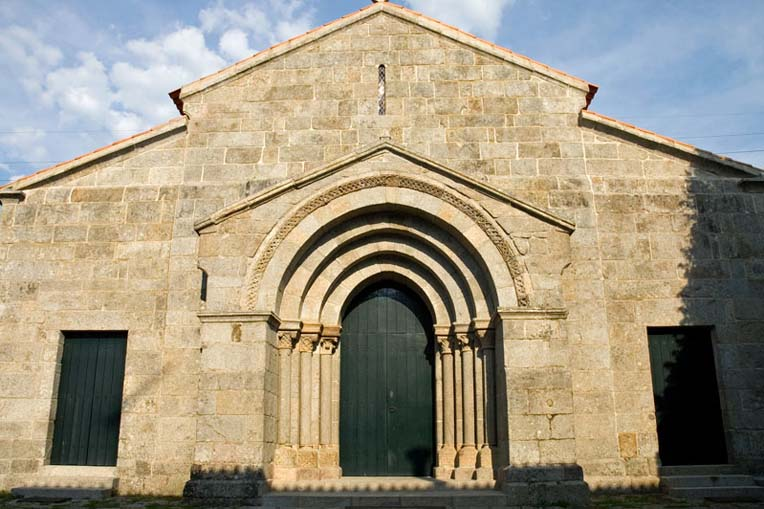 Fachada principal da Igreja de Santa Maria de Airães