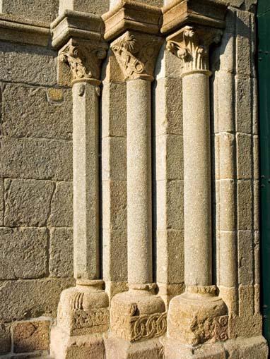 Colunas do portal principal da Igreja de Santa Maria de Airães