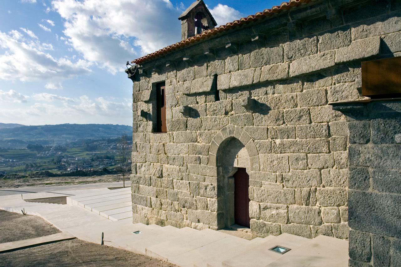 Fachada lateral sul da Igreja de São Mamede de Vila Verde