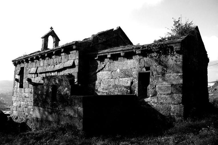 Fachada lateral sul da Igreja de São Mamede de Vila Verde no passado